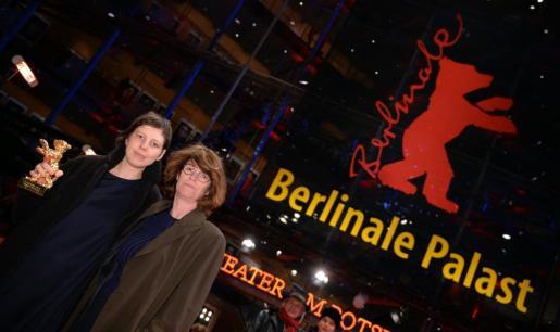 La directora Adina Pintilie y la actriz Laura Benson posan con el Oso de Oro.