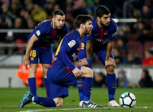 Los jugadores del FC Barcelona (i-d) Jordi Alba, Leo Messi y Luis Suárez, durante el partido de Liga en Primera Divisón ante el Girona.