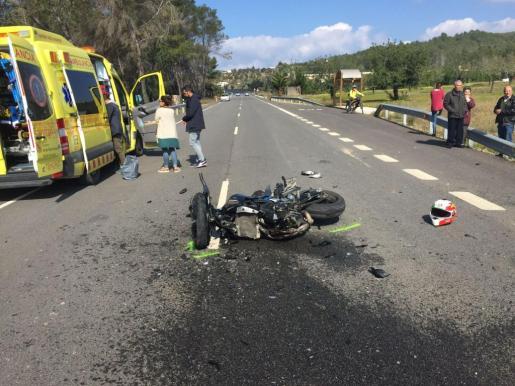 Los servicios de emergencias atendieron al herido en la zona donde ocurrió el impacto antes de evacuarlo a un centro clínico.