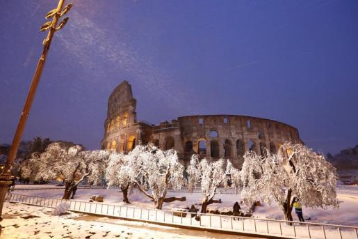 Imagen del Coliseo de Roma, totalmente nevado.