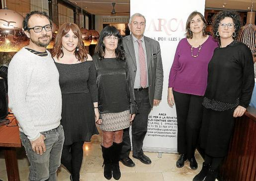 Luis Ortas y Victoria Morell, de Cinética; Angels Fermoselle, Pere Ollers, Magdalena Salas, directora del Museu de Manacor, y la regidora Antònia Llodrà.