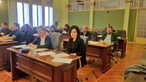 Las populares Nuria Riera (i) y Sandra Fernández este lunes durante la reunión de la Comisión de Asuntos Sociales y Derechos Humanos del Parlament.