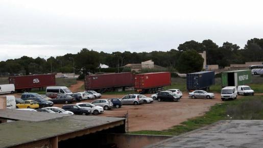 El terreno es utilizado por la ONG y también estacionan vehículos.