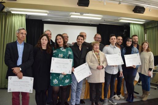 Foto de familia de los ganadores de los Premis Gastronòmics 2017 que concede la Associació de Periodistes Gastronòmics de Balears, junto con la directora general Pilar Sansó (dcha).