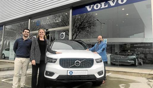 Ether Vidal, con el equipo comercial del concesionario Volvo y el nuevo XC40.