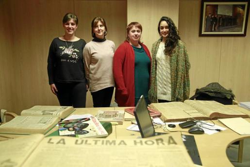 Margalida Ginard, Margalida Tur, Francesca Marí y Mariana Frauca (de izquierda a derecha) han investigado durante meses los archivos del periódico, desde el primer número hasta el último, para organizar los monográficos de la Part Forana