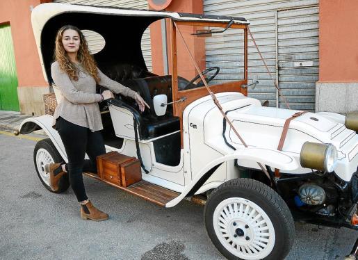 Xisca Pujol está muy contenta con el regalo de su padre, ya que es un coche diferente a los que se ven por las carreteras.