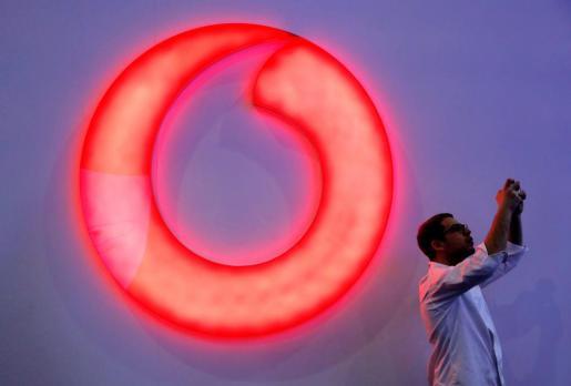 Un visitante ante el estand de Vodafone durante la primera jornada del Congreso Mundial de Móviles.