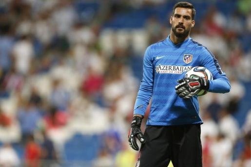 El portero del Atlético de Madrid Miguel Angel Moyá, momentos antes del inicio del partido de ida de la Supercopa de España contra el Real Madrid.