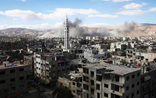 El humo no cesa de elevarse en Guta Oriental, el principal bastión opositor de las afueras de Damasco.