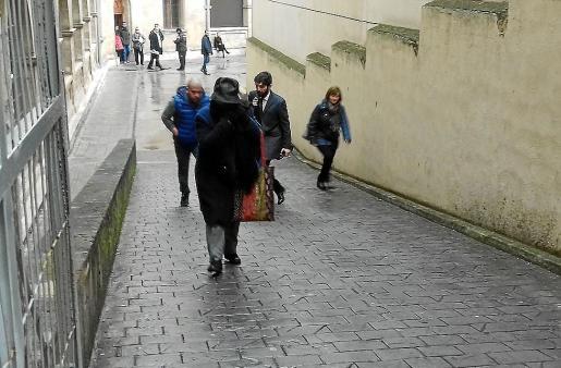 La tía de Álvaro Gijón, con el rostro cubierto a la salida de los juzgados.