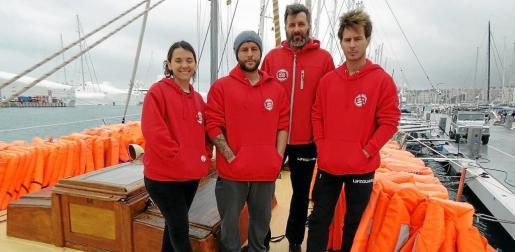 Marta Talayero, Juan Rodríguez, el capitán Ricardo Gatti, y David Lladó a bordo del Astral.