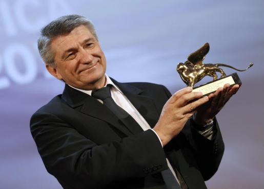 """Alexander Sokurov, director de """"Faust"""", recibe el León de Oro durante la ceremonia de clausura del 68 edición del Festival Internacional de Cine de Venecia."""