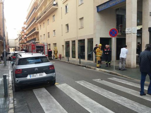 Los bomberos, actuando en el restaurante del hotel donde se ha producido el incendio.