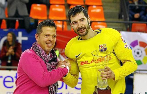 Sergi Fernández, a la derecha, recibe el MVP como mejor jugador de la final de Copa.