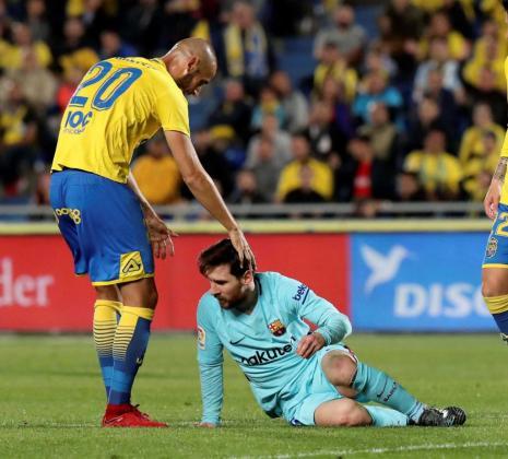 El defensa de la UD Las Palmas, Alejandro Gálvez (i) se interesa por el delantero argentino del FC Barcelona, Leo Messi, durante el encuentro correspondiente a la jornada 26 de primera división disputado en el estadio de Gran Canaria.