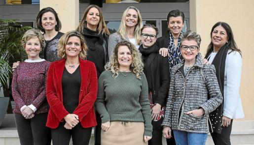 En 2º plano y de izq. a der., Paula Serra, dir.ª de Audiovisuales del Grup Serra y editora de El Económico; Marta Seguí, dir.ª de Expansión de Skalop; Maria Frontera, pdta. de la FEHM; Marga Coll, cocinera y prop. del rest. Miceli; Carmen Serra, pdta. del Grup Serra, y Magda Pons-Quintana, dir.ª de Pons Quintana. En 1.er plano, Catalina Aguiló, copropietaria de Viajes Kontiki; Isabel Guarch, diseñadora de joyas; Margalida Ramis, dir.ª general de Grupotel, y Rosa María Regi, pdta de Quirónsalud en Balears.