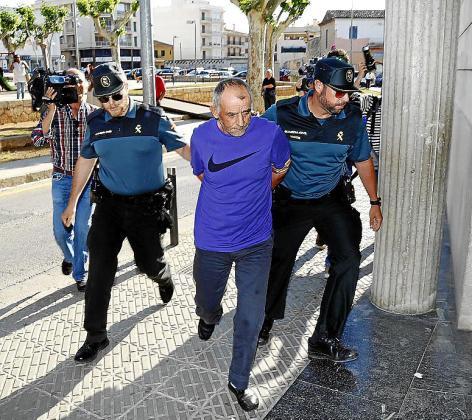 Dos guardias civiles custodian al asesino Ioan Ciotau.