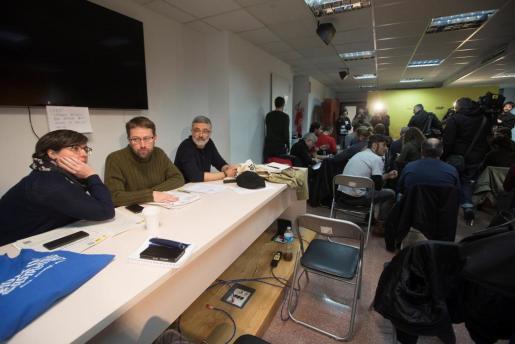Mireia Boya (i), Vidal Aragonés (c) y Carles Riera (d) durante la reunión del consejo político de la CUP celebrado este domingo en Barcelona.