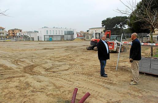 El alcalde habla con un empleado en la explanada donde se habilitará el parking.