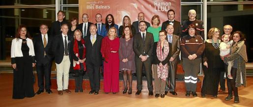 Los galardonados con los Premis Ramon Llull y las Medalles d'Or, junto a la presidenta del Govern, Francina Armengol, y otras autoridades.