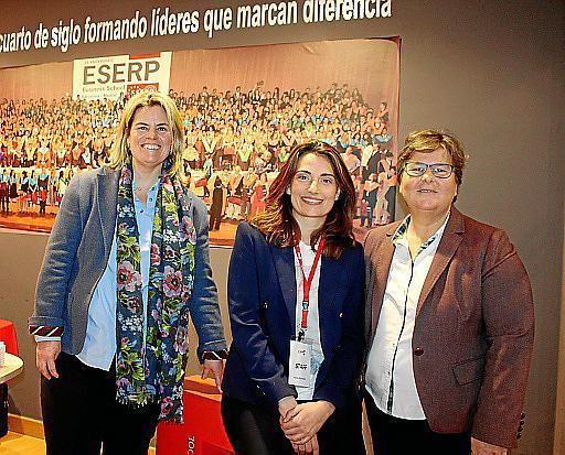 La directora general de ESERP, Carmen Barquero Cabrero, Marta Sánchez y Natalia Enseñat.