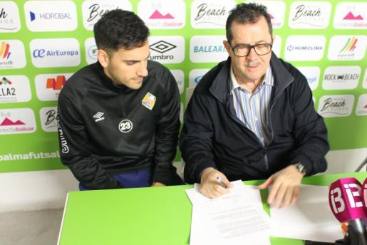 El jugador Diego Quintela y el presidente del Palma Futsal, Miquel Jaume, durante la firma de la extensión del contrato del jugador.