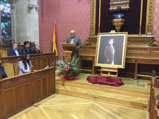 El president del Consell de Mallorca, Miquel Ensenyat, presenta el cuadro de Aurora Picornell.