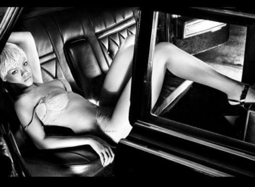 Rihanna ha sacado su lado más sensual para la nueva campaña de Armani.