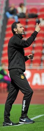 Vicente Moreno, en la imagen da instrucciones a sus jugadores durante el partido ante el Ebro