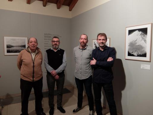 El director insular de Cultura, Rafel M. Creus durante la presentació de la exposición con Tomeu Tomas y Ferran Tolosa, y el responsable de l'ASIM, Francesc X. Bonnín.