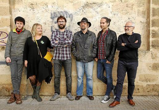 Toni Duarte, Glòria Julià, Albert Riutort, Tomeu Penya, Joan Tries y Miquel Àngel Sancho, durante la presentación del CD en el Espai Xocolat.