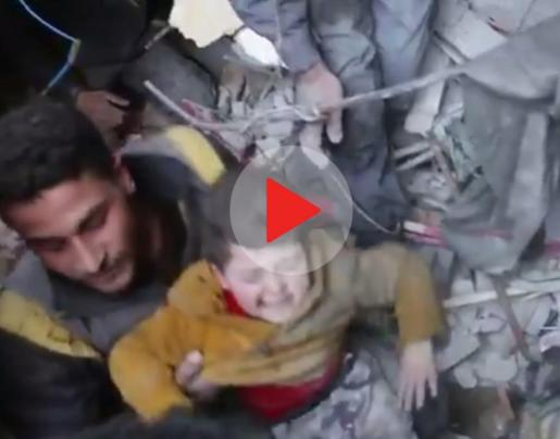 Rescatan con vida a un niño atrapado entre los escombros tras un bombardeo de las fuerzas gubernamentales sirias.