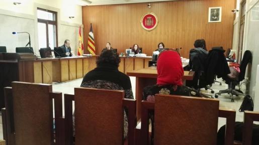 El acusado -izquierda-, durante un momento del juicio junto a la intérprete.