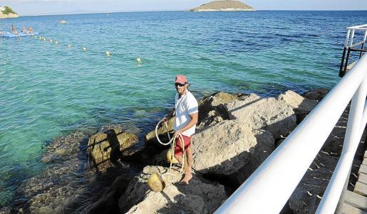 Un socorrista controló ayer tarde en la playa de Magaluf que no hubiera más anzuelos peligrosos.