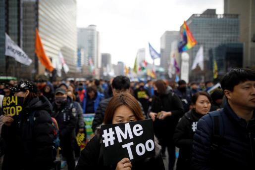 La campaña «MeeToo», movimiento global creado en EE.UU. en contra del acoso sexual en el cine, sirvió de inspiración a las surcoreanas en las protestas que protagonizaron en Seúl.