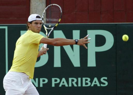 Rafael Nadal, que en la madrugada del martes cayó derrotado en la final del Abierto de Estados Unidos ante el serbio Novak Djokovic, completó ayer, diecisiete horas después, su primer entrenamiento en la plaza de toros de Los Califas, escenario de la semifinal de la Copa Davis entre España y Francia.