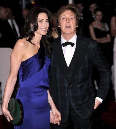 Reciente fotografía del músico británico Paul McCartney (dcha) y su novia, Nancy Shevell, en la gala benéfica del Costume Institute celebrada en el museo Metropolitano de Nueva York, en Nueva York (EEUU).