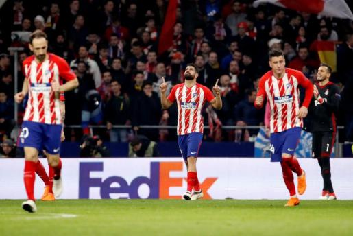 El delantero del Atletico de Madrid Diego Costa celebra su gol, segundo del equipo frente al Lokomotiv.