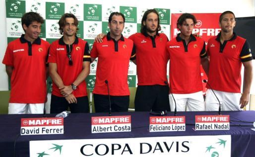 El equipo español de Copa Davis (de izq a dcha) Marc López, David Ferrer, el capitán Albert Costa, Feliciano López, Rafael Nadal y Fernando Verdasco.