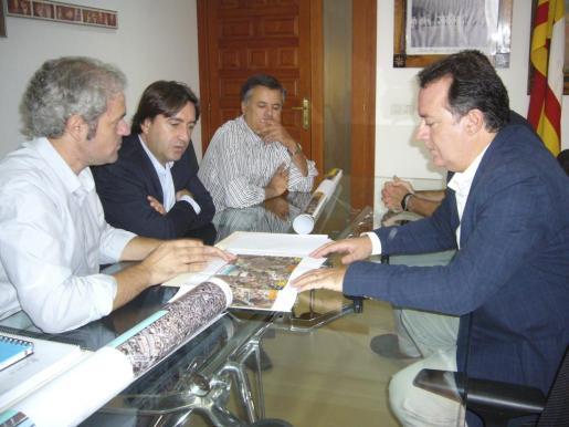 El conseller insular de Urbanismo y Territorio, Mauricio Rovira, se ha reunido con el alcalde de Inca, Rafael Torres.