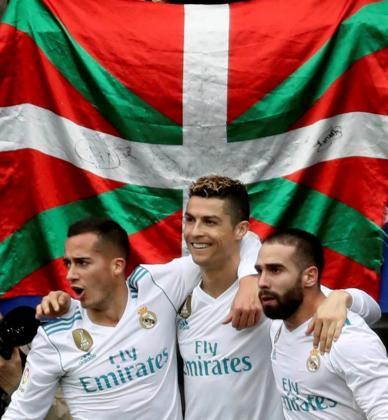 Los jugadores del Real Madrid Lucas Vázquez y Daniel Carvajal celebran con Cristiano el segundo gol su compañero.