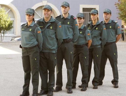 Agentes de la Guardia Civil, con los nuevos uniformes del cuerpo, durante el acto de presentación, hoy en Madrid.