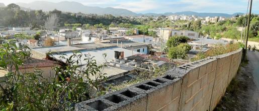 El poblado de 'El Hoyo' está ubicado en una zona donde sólo hay una carretera de entrada y salida para vehículos.