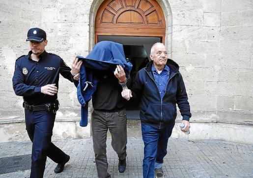 Bartolomé Cursach saliendo de los juzgados tras prestar declaración.