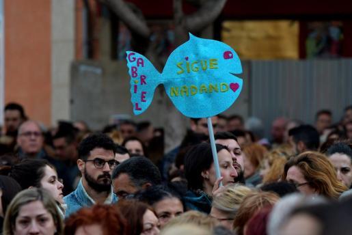 Unas 12.000 personas, según datos de la Subdelegación del Gobierno, han secundado esta tarde en la capital almeriense la concentración convocada por el Ayuntamiento de Almería en duelo por la muerte de Gabriel Cruz.
