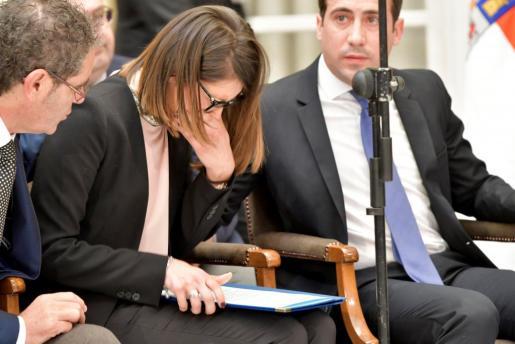 La diputada provincial del PP, Ángeles Martínez, rompe a llorar al intentar leer la declaración institucional durante el pleno extraordinario de la diputacion de Almería, convocado para declarar 3 dias de luto por la muerte de Gabriel Cruz.