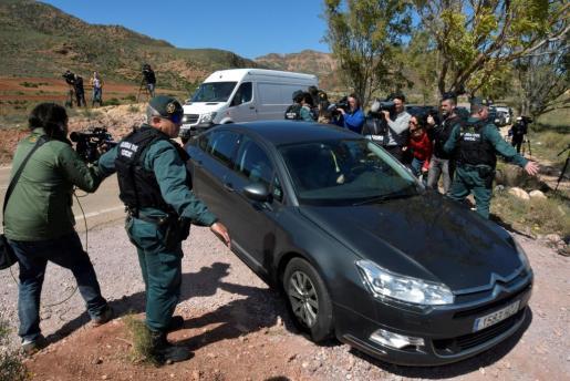 La Guardia Civil y la policía científica entran en la finca de Rodalquilar, en Níjar, en la que se está inspeccionando el pozo en el que supuestamente Quezada ocultó el cuerpo de Gabriel.