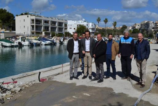 Las autoridades durante la visita a las obras en Porto Cristo.