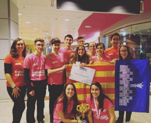 Los representantes del Col·legi Sant Pere, con su equipo de 3º de ESO.